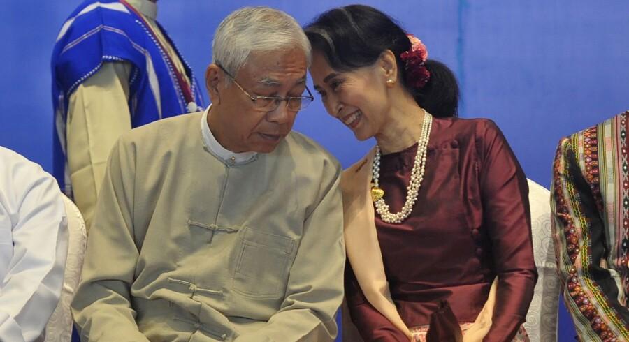 Myanmars præsident, Htin Kyaw (t.v.), sammen med Aung San Suu Kyi. Suu Kyi er landets reelle leder, men indsatte sin nære ven og allierede på præsidentposten, som hun selv er udelukket fra. Scanpix/Aung Htet/arkiv