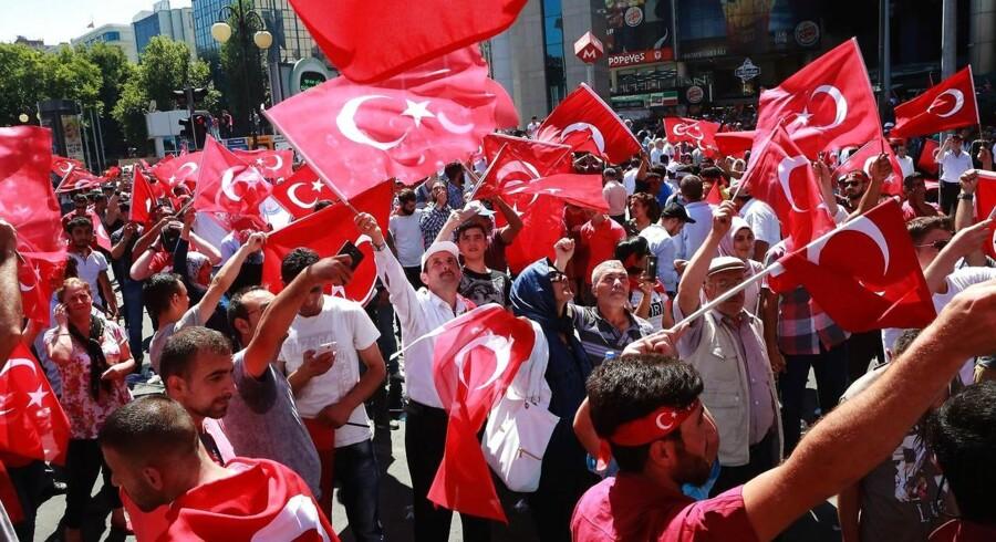 Grupper af især mænd har udsmykket kroppen med det rødhvide flag og pandebånd med samme motiv. De går i grupper mod området Sihhiye, som er et typisk mødepunkt for demonstrationer i Ankara uanset formål.