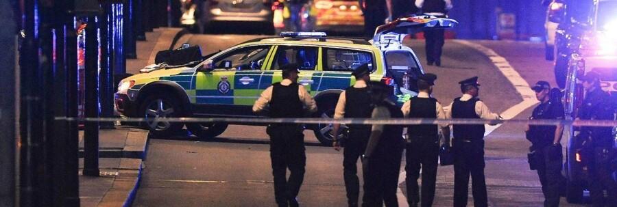 Politiet i London har mandag morgen ransaget to adresser og anholdt »flere personer« som led i efterforskningen af lørdagens angreb, der kostede syv mennesker livet og sårede 48./ AFP PHOTO / DANIEL SORABJI