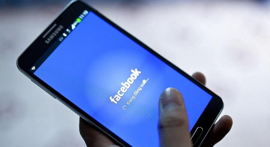 Facebook Live er en relativt ny funktion på det sociale medie, og blev lanceret tidligere på året. Med Live-funktionen kan man reportere fra sin hverdag og sende videoen direkte ud til sine Facebook-venner, mens man optager. Videoen bliver efterfølgende lagret og gemt på ens profil.