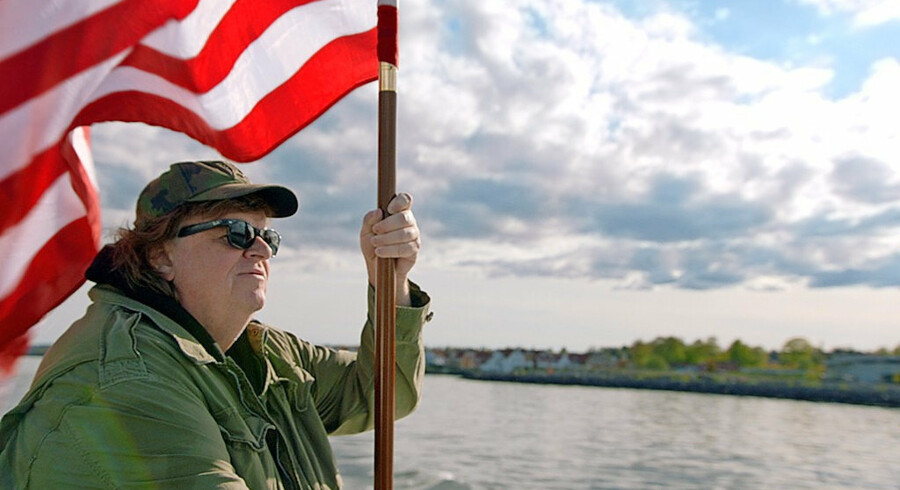 Michael Moore drager ud i verden for at hente de bedste ideer med hjem til USA. Foto: PR