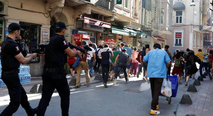 Tyrkisk politi skyder med gummikugler i Istanbul for at opløse en Gay Pride-march