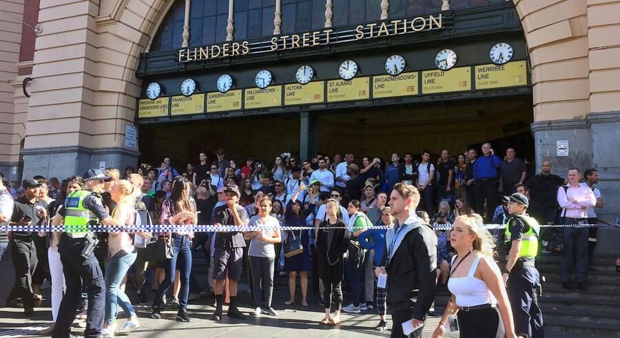 Politiet har spærret af ved Flinders Street Station i Melbourne, efter en bil er kørt ind i flere fodgængere.