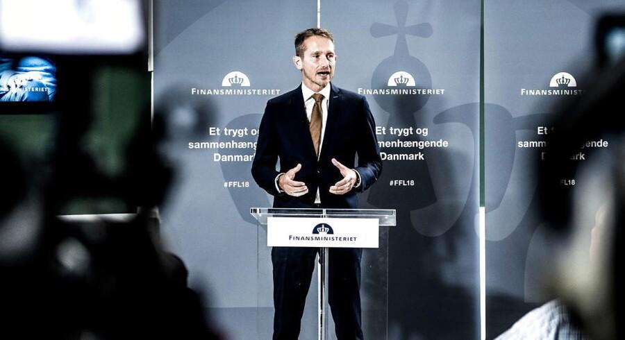 Finansminister Kristian Jensen præsenterer torsdag den 31. august 2017 regeringens forslag til finansloven for 2018 i Rentekammeret i Finansministeriet. Med udspil til finanslov, skat og erhvervsliv har regeringen fremlagt tre af de fire store udspil i efteråret. Første aftale om bilafgifter ventes i næste uge. Finansminister Kristian Jensen (V) og DF-forhandlerne har indledt daglige møder for at nå en aftale hurtigt, så bilsalget kan komme i gang igen. Det skriver Ritzau, torsdag den 31. august 2017. . (Foto: Mads Claus Rasmussen/Scanpix 2017)
