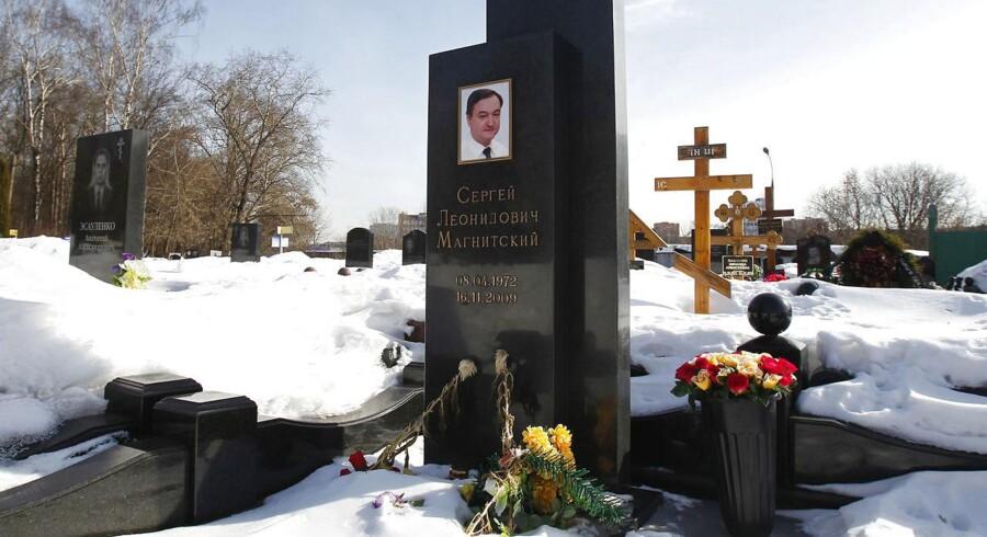 I Moskva blev der rejst en sten med foto på Sergej Magnitskijs grav. Den russiske advokat kæmpede mod korruption og lagde siden navn til en amerikansk lov rettet mod Rusland. Sergej Magnitskij døde i russisk fængsel i 2009 – men knap otte år efter hans død lever kontroversen stadig og sender nu mørke skygger ind over Danske Bank i endnu en sag om overtrædelse af hvidvaskreglerne. Arkivfoto: Mikhail Voskresenskij/Reuters