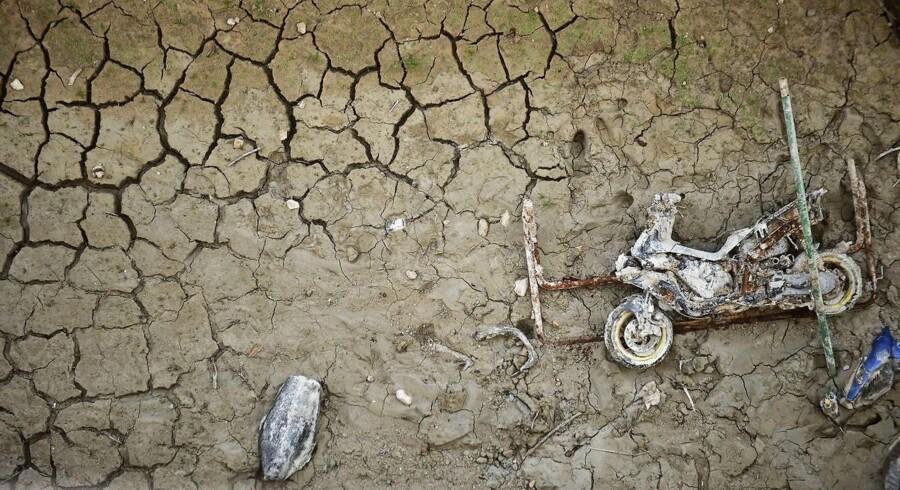 Denne gamle motorcykel befinder sig sædvanligvis godt skjult under vandspejlet i Amadorio, Spanien. Men grundet den hårde tørke, der i disse dage hærger i Sydeuropa, er vandstanden faldet så drastisk, at den glemte og forladte maskine nu igen har set dagens lys.