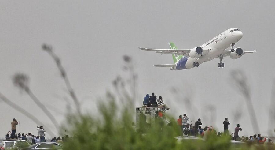Kinas første rigtige passagerfly, C919, lettede i går fra Shanghais internationale lufthavn, og millioner fulgte med.