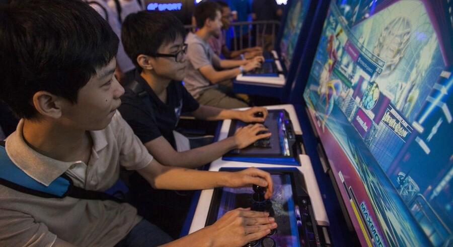En ny lov, udarbejdet af Kinas Cyberadministration, vil medføre, at det bliver forbudt for unge under 18 år at spille onlinespil mellem midnat og klokken otte om morgenen. (Arkivfoto: EPA/ALEX HOFFORD)