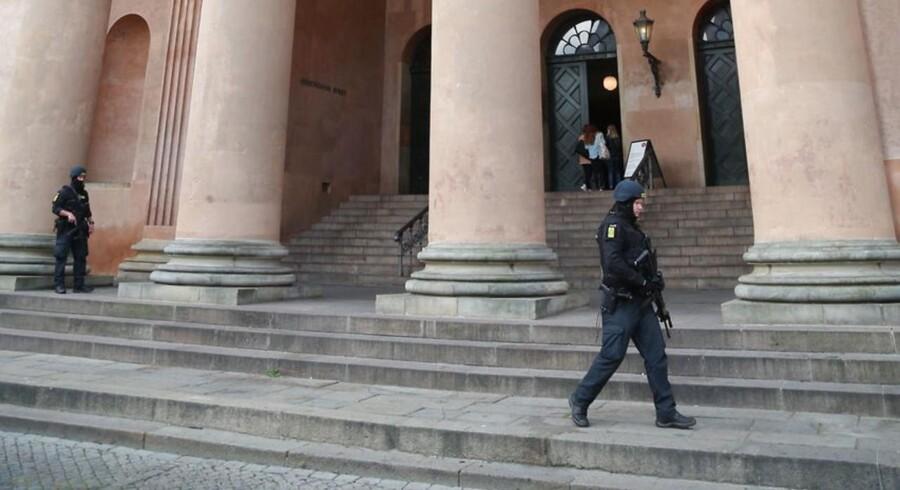 Bevæbnede betjente uden for Københavns Byret.