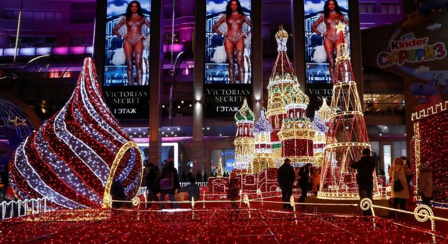 I Rusland slider Jingle Bells og Mariah Carey stadig på øregangene, når du køber ind i supermarkedet. Der hænger blinkende neonlysekroner i lygtepælene på Tverskajagaden, juletræer troner på hver en plads i byen, og ingen kunne drømme om at pille dem ned før om tidligst en uge. Foto: REUTERS/Sergei Karpukhin