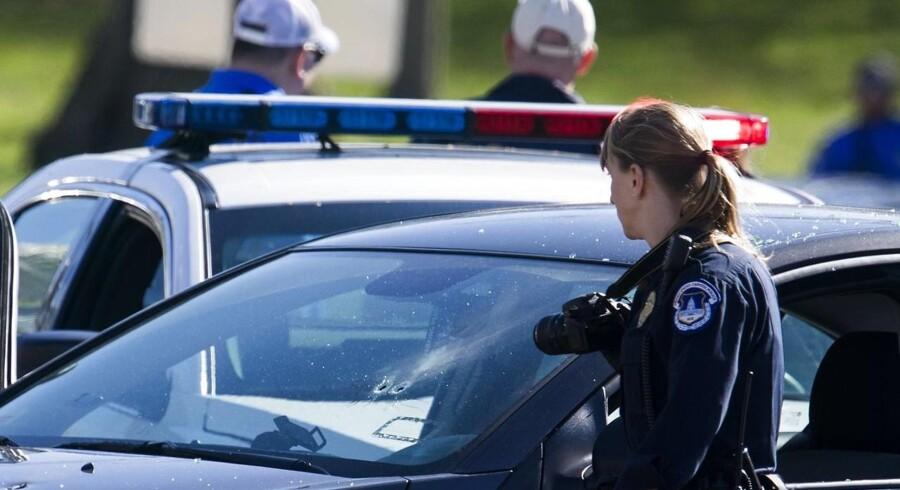 Politi omringer en bil, der forsøgte at torpedere en politiblokade. Det sker i kølvandet på skud ved den amerikanske kongres. Det vides på nuværende tidspunkt ikke om de to episoder er forbundne.