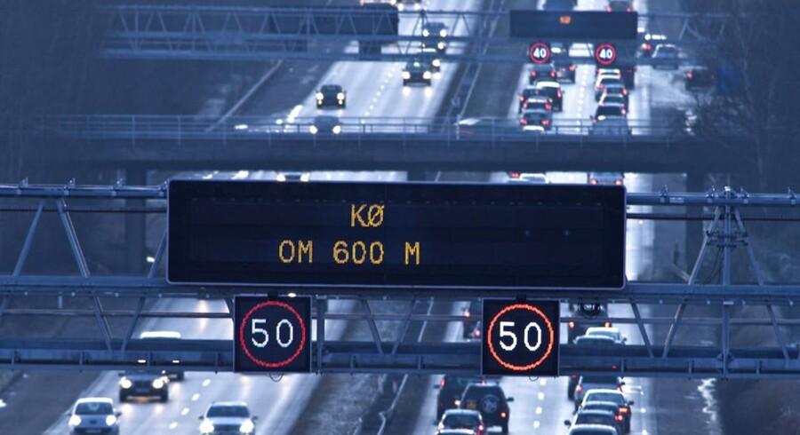 Lange køer med biler i alle baner, informationstavler over det hele præger den daglige morgentrafik på Helsingørmotorvejen her ved Høje Sandbjerg. Arkivfoto: Scanpix