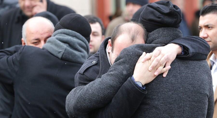 Pårørende til nogle af ofrene for massakren i Istanbul.