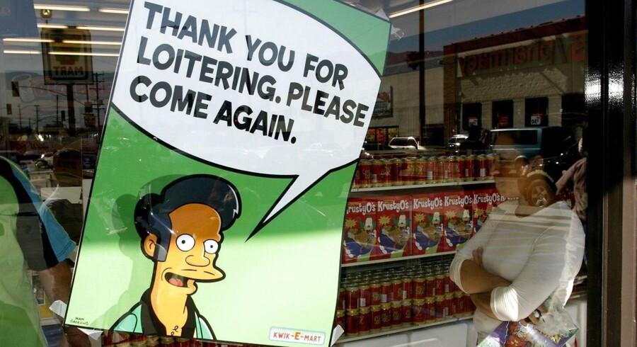 """En plakat med """"The Simpsons""""-figuren Apu Nahasapeemapetilon, Jr. foran en forretning i Burbank, Californien, der har specialisteret sig i The simpsons-produkter. REUTERS/Fred Prouser (UNITED STATES)"""