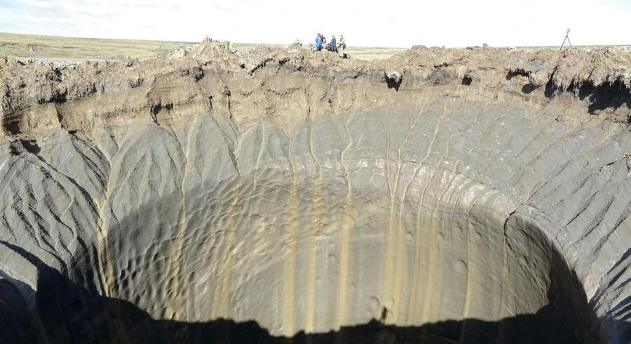 I de senere år har man fundet adskillige mystiske kratere i den sibiriske tundra, formentlig forårsaget af pludselige eksplosioner af indestængt metangas, der frigives som følge af stigende temperaturer. Nu har forskere fundet hundredvis af tilsvarende og langt større kratere fra metaneksplosioner på havbunden nord for Den Skandinaviske Halvø.