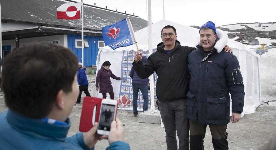 Siumut-kandidat Karl Kristian Kruse (t.v.) og Siumut-formand Kim Kielsen foran Godthåbshallen. Grønlændere i Nuuk gik tirsdag til valgurnerne for at vælge medlemmer til selvstyrets parlament, Inatsisartut.
