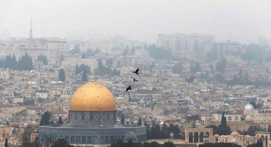Jerusalems status har altid været et kontroversielt emne i forbindelse med en fredsaftale mellem israelere og palæstiensnere. Spørgsmålet er ike blevet mindre ømtåleligt siden Donald Trump den sjette december anerkendte byen som Israels hovedstad.