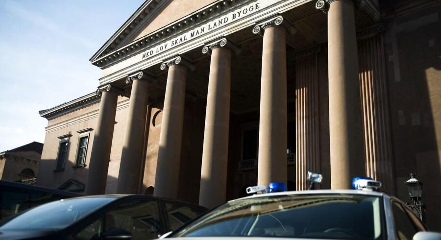Retssag om medvirken til terrordrab ved synagoge i København Københavns Byret behandler i dag nævningesag mod fire mænd, som er tiltalt for medvirken til terrorisme. Mændene har ifølge anklagemyndigheden bistået Omar el-Hussein i forbindelse med hans drab på Dan Uzan ved synagogen i Krystalgade i København samt el-Husseins skud mod to politifolk ved synagogen.