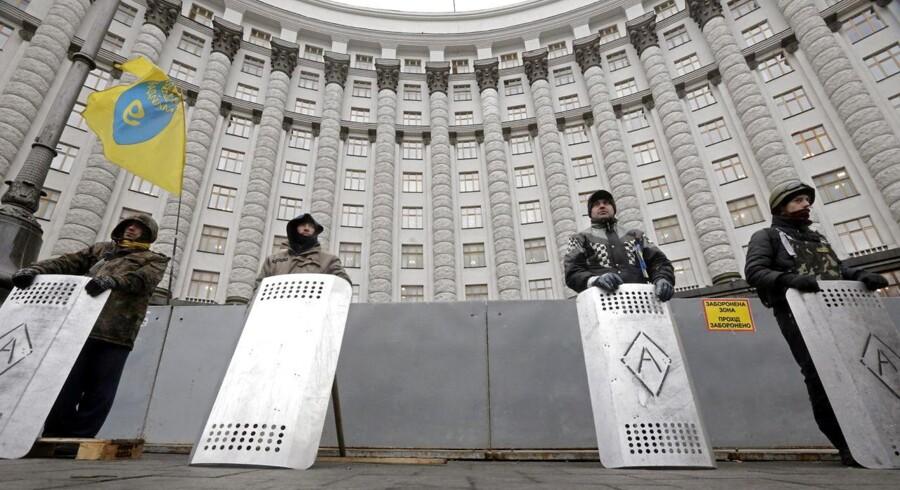 Ukrainske aktivister holdt i går vagt foran parlamentsbygningen i Kiev, mens såvel EU som Rusland advarede mod ustabiliteten idet geopolitiske minefelt, som i sidste oplevede den hidtil blodigste del af landets konflikt.