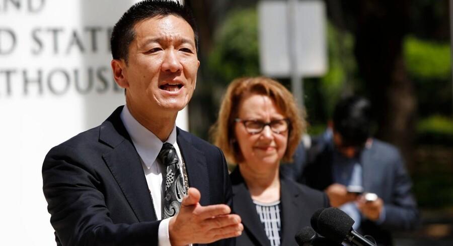 På billedet: Douglas Chin, Hawaiis justitsminister, har kaldt Donald Trumps nye indrejseforbud for en »version 2.0« af det tidligere indrejseforbud. Han ser her tage imod pressens spørgsmål efter sin kritik af indrejseforbuddet. Nu har en dommer på øen suspenderet indrejseforbuddet på ubestemt tid.