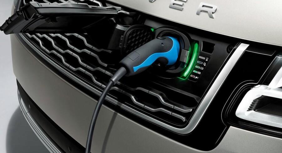 Systemydelsen i den nye Range Rover P400e er 404 hk, og elmotoren i sig selv yder 116 hk. Opladning tager minimum 2 timer og 45 minutter