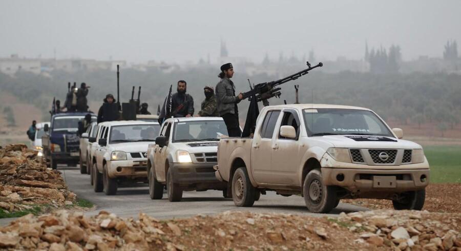Soldater fra Jabhat al-Nusra, al-Qaedas afdeling i Syrien, patruljerer landsbyer nær byen Idlib. Gruppen vil bryde ud af al-Qaeda på en »organiseret« og på forhånd planlagt måde, oplyser kilder.