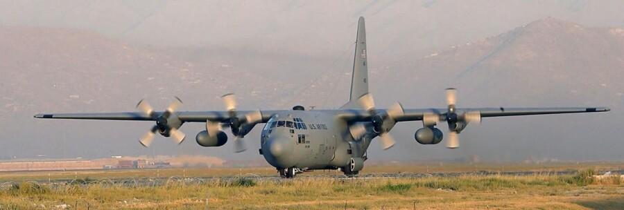 Et Lockheed C 130 Hercules fly fra US Air Force lander i Kabul International airport.