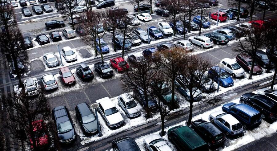 Parkerede biler ved Adelsgade. Arkivfoto.
