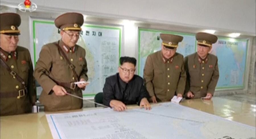 Nordkoreas hær briefer Kim Jong-un om missiltestplan mod Guams farvand. Reuters/Reuters Tv
