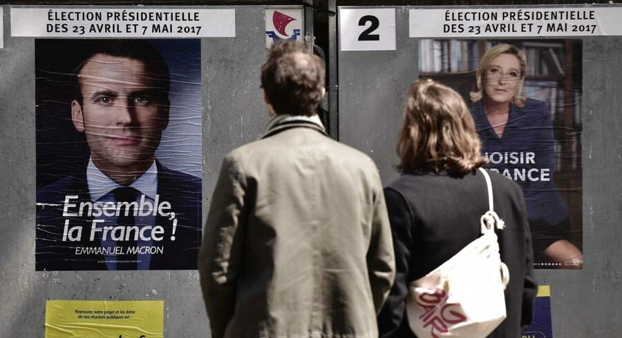 Valgplakat med Emmanuel Macron, som leder den nye politiske midterbevægelse »En Marche!« (Fremad!). En Konfrontation i en tv-duel mellem centrumpolitikeren og højrefløjens Marine Le Pen finder sted onsdag aften - kun fire dage før den anden og sidste valgrunde.
