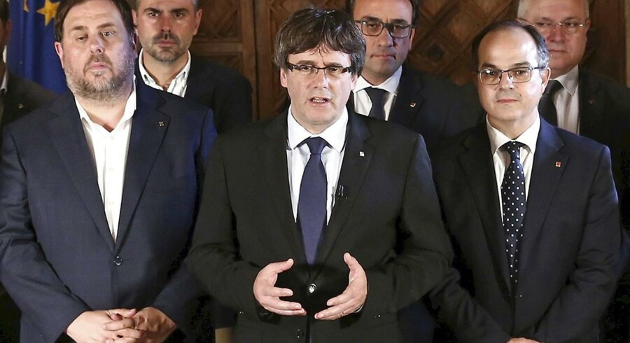 Selvstyrepræsident Carles Puigdemont var omgivet af sine ministre, da han søndag aften erklærede, at »catalanerne har vundet retten til en selvstændig stat.«
