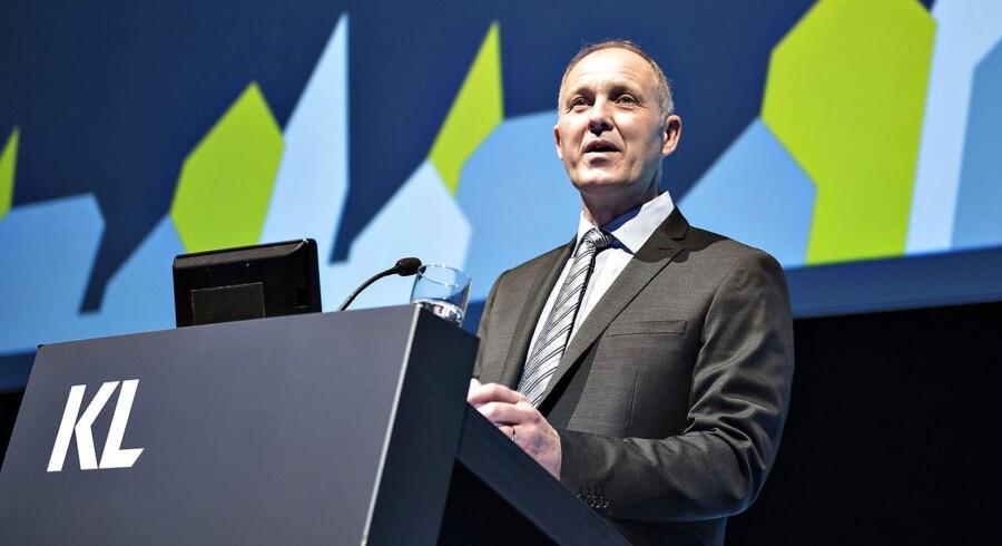 KLs formand Martin Damm udtaler at »det har været svært for kommunerne at overholde skatterammen«.