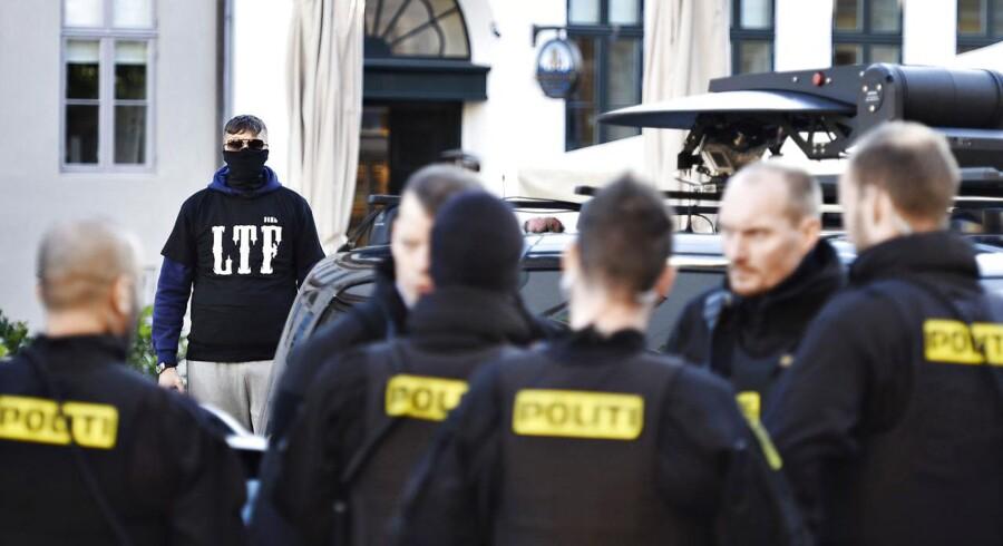Ikke kun politiet er tilstede ved byretten i København mandag d. 9 oktober 2017 hvor der i dag forventes af at falde dom i sagen mod LTF-lederen Shuaib Khan, hvor den 30-årige pakistaner, der står i spidsen for grupperingen Loyal To Familia (LTF), er tiltalt for trusler mod en betjent.