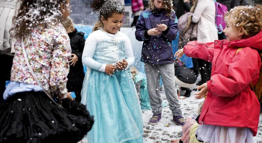 Det er ikke kun i Disneyland Paris, at de små poder er vilde med at klæde sig ud som prinsesser fra filmen »Frost«. Her er danske piger taget til Gammeltorv i København til Frost-show og syng-med-fest med de velkendte sange fra den populære Disney-film.