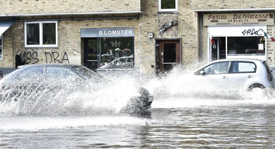 Hvis oversvømmelser som her på Tagensvej/Lygten i København kan forudsiges, er der store penge at spare. Det kan måske ske ved at analysere data og lave modeller for, hvor vand løber hen, når det regner, og hvad der sker, når vandstanden stiger. Alt dette - og meget mere - skal kloge hoveder over de næste fire år få styr på. Arkivfoto: Jens Nørgaard Larsen