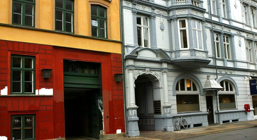 Lejligheden ligger i den kendte hovedstadsgade Bredgade og har udsigt til Sankt Annæ Plads og Københavns Havn ved Skuespilhuset i det fjerne.