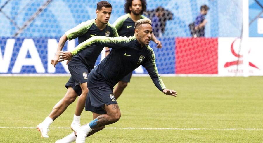 Vidt forskellige som personer, men Dupont og Dupond på en fodboldbane. Neymar (th.) får sjældent lov til at bevæge sig mange meter væk fra Coutinho (tv.). EPA