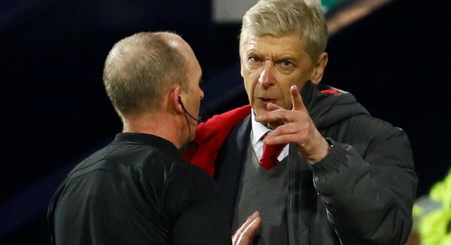 Arsenal-manager Arsène Wenger brokker sig til dommer Mike Dean efter London-holdets pointtab mod West Bromwich. Scanpix/Jason Cairnduff