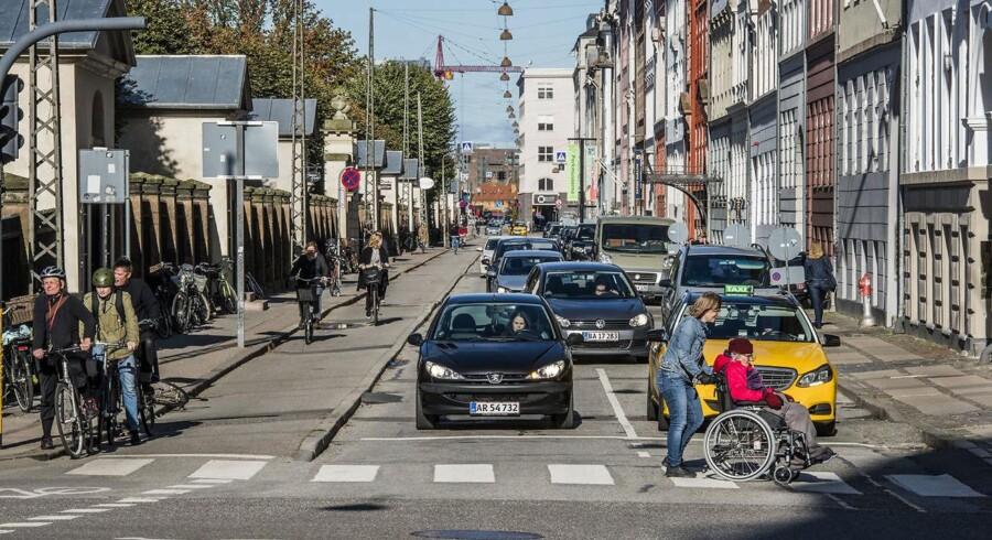 Arkivfoto. Fra i dag er Kronprinsessegade i København ensrettet for bilister i retning mod Sølvgade, og det er således ikke længere tilladt at køre den vej, som bilerne på billedet gør. Samtidig må cyklister nu cykle i begge retninger.