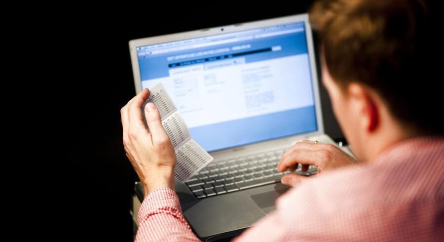 Når vi logger ind på netbanken med NemID, bliver forbindelsen mellem vores egen computer og banksystemet krypteret. Men krypteringen kan variere i styrke, og jo svagere den er, jo lettere er det for efterretningstjenester og andre med store ressourcer at bryde den og dermed kunne aflytte kommunikationen. Arkivfoto: Jonas Vandall Ørtvig, Scanpix