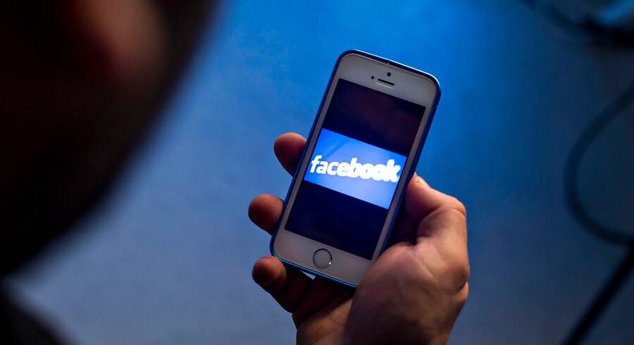(ARKIV) Modelfoto af mand der holder mobiltelefon med facebook på skærmen den 17. december 2017. Center for Digital Dannelse rådgiver om digital dannelse og er ikke støttet af det offentlige. (Foto: Bax Lindhardt/Scanpix 2018)