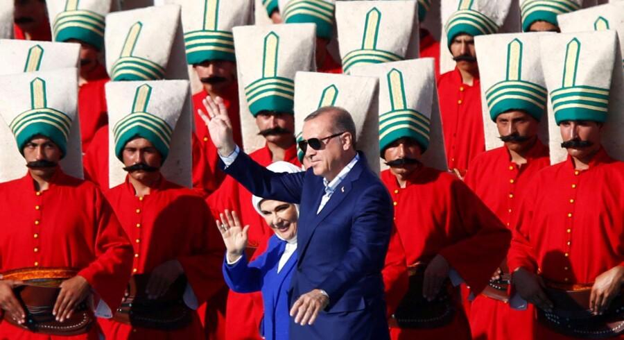 Tyrkiets præsident Tayyip Erdogan ledsaget af sin hustru Emine Erdogan hilser sine tilhængere i Istanbul. Foto: Murad Sezer