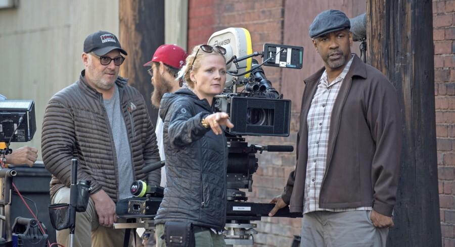 Her er Charlotte Bruus Christensen under optagelserne af »Fences«, der er instrueret af Oscar-vinder Denzel Washington. Foto: Paramount Pictures.