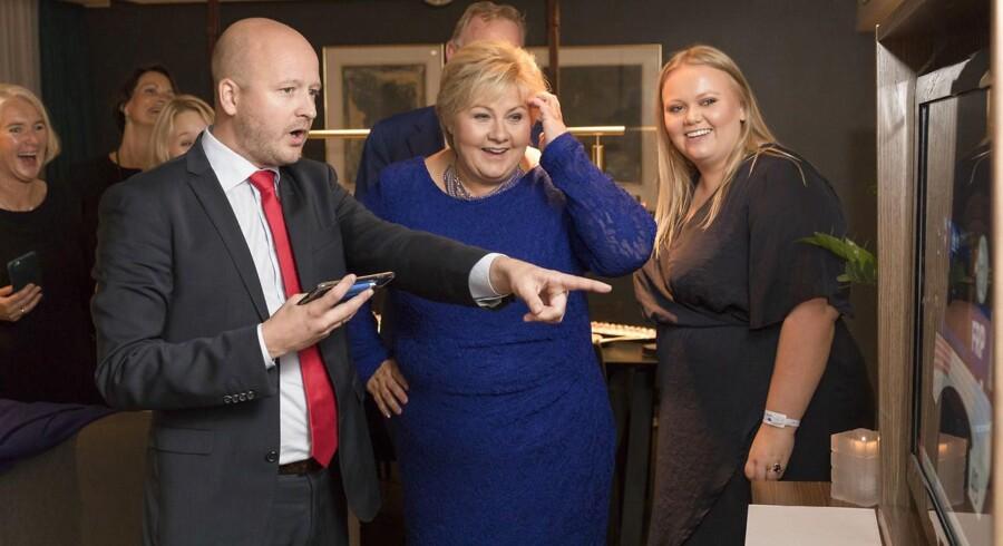 Sigbjørn Aanes, Erna Solberg og datteren Ingrid Solberg Finnes ser på Høyres første prognoser i en suite på SAS-hotellet mandag aften.