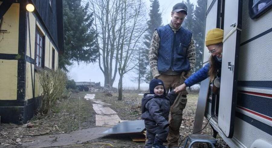 Carsten Callesen, Rikke Knudsen og sønnen Anker har forladt en husbåd i Københavns Sydhavn for at slå sig ned på landet i Sydsjælland. Foto: Niels Ahlmann Olesen