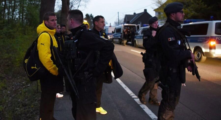 Tysk politi eskorterer Dortmunds spillere væk efter angreb på fodboldklubbens spillerbus. Politiet efterforsker en mulig islamistisk motivation bag tirsdagens attentat i Dortmund.