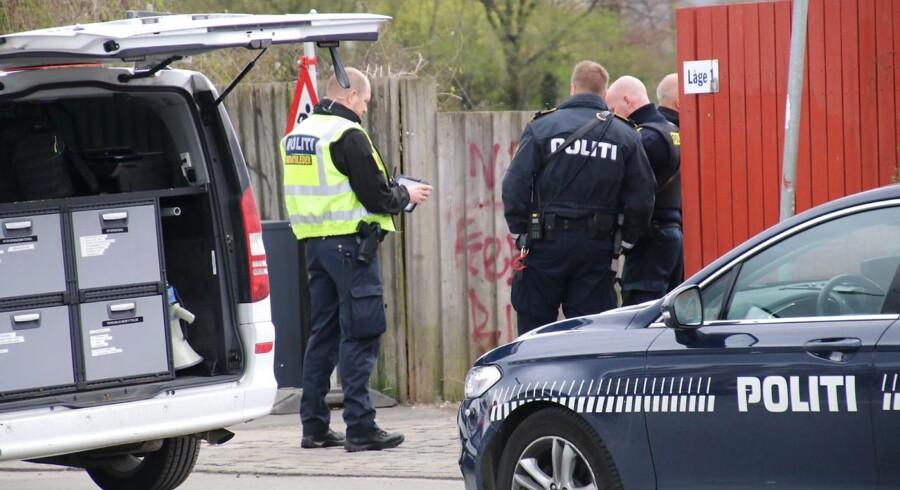 Politi og teknikere ved stedet hvor en mand torsdag d. 13 april 2017 er blevet fundet død i en kanal mellem Christianshavn og Amager. Der er tale om en mand på cirka 40 år, lys i huden og fuldt påklædt. (se Ritzau historie 131647) (Foto: Mathias Øgendal/Scanpix 2017)