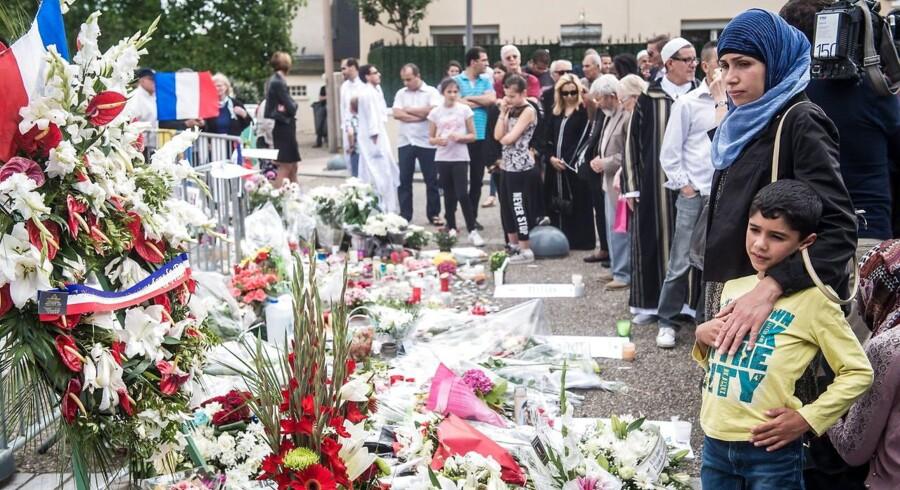Franskmænd samlede foran kirken i Saint-Etienne-du-Rouvray efter angrebet 16. juli, hvor en præst blev brutalt myrdet.