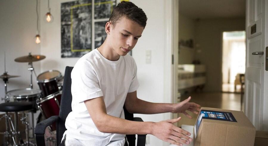 15-årige Martin Bjørn gør klar til at holde lager på sit værelse. Foto: Mads Joakim Rimer Rasmussen