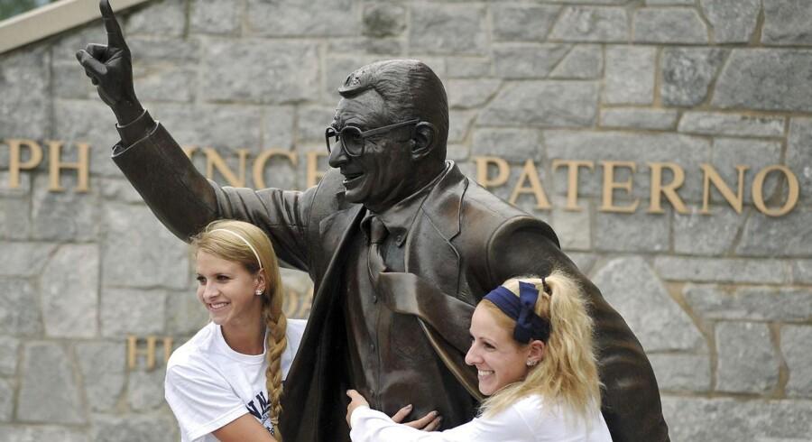20. juli 2012 er længe, længe siden på Penn State University. To nye elever viser deres respekt for bronzestatuen af den netop afdøde trænerlegende Joe Paterno - to dage senere var statuen fjernet. Foto: Pat Little/Reuters